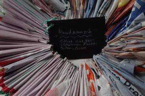 Kaufrausch – Collier aus zerschnittenen, gesmokten Plastiktüten